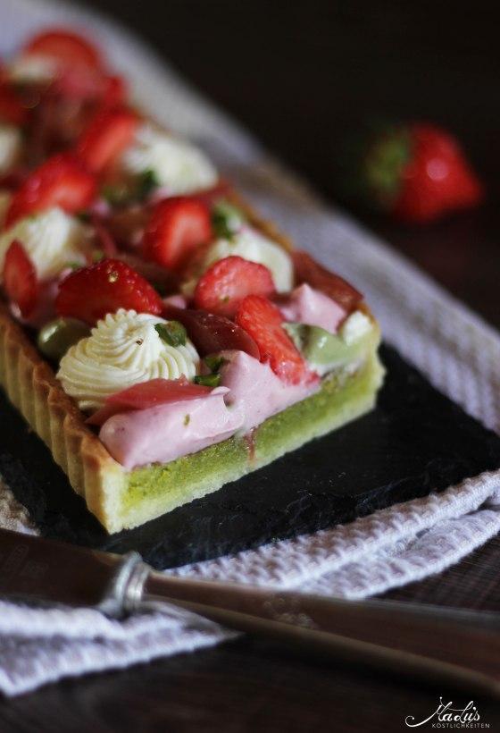 Pistazientarte mit Erdbeeren & Rhabarber 11