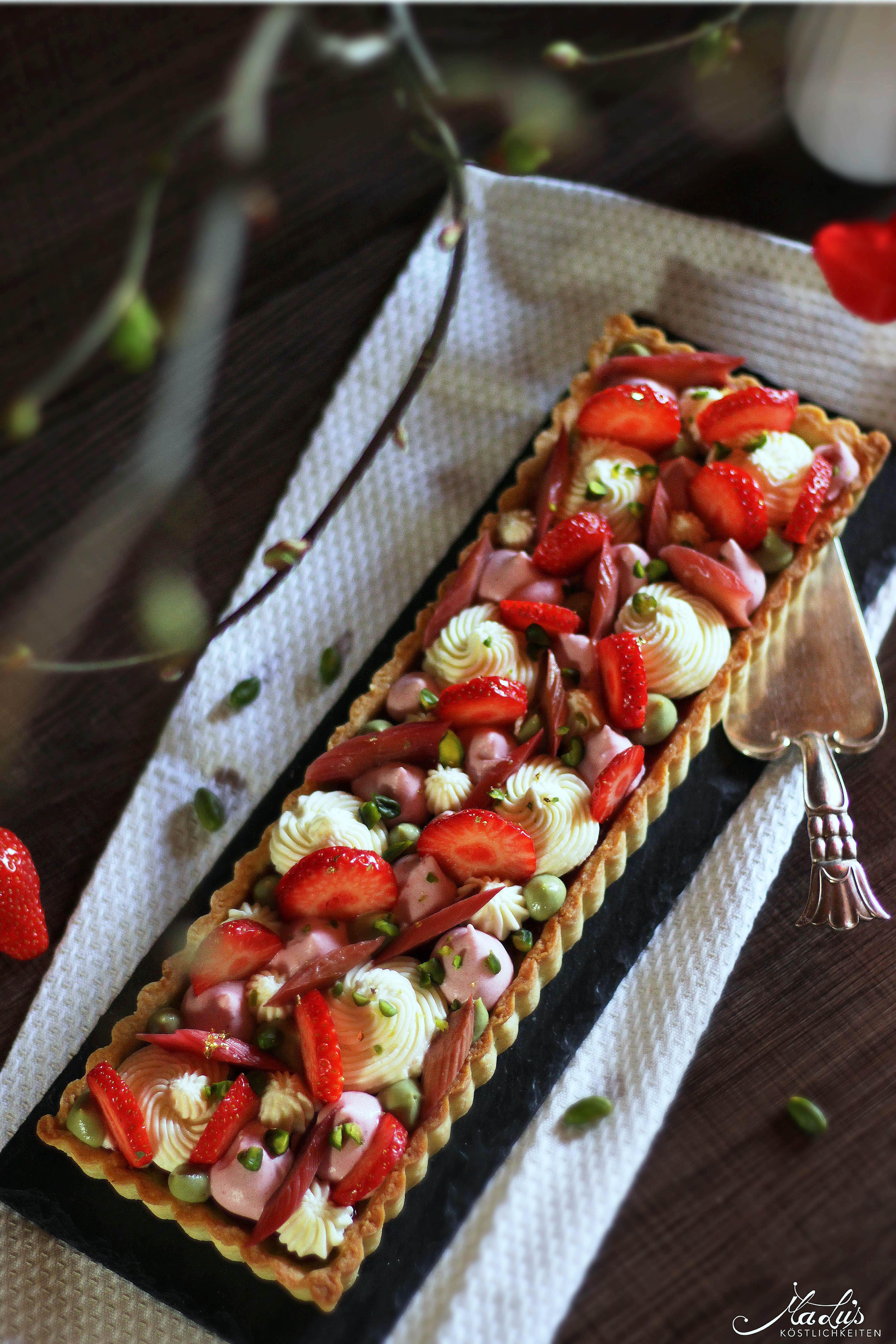 pistazientarte mit erdbeeren rhabarber und verschiedenen mascarponecremes malu 39 s k stlichkeiten. Black Bedroom Furniture Sets. Home Design Ideas