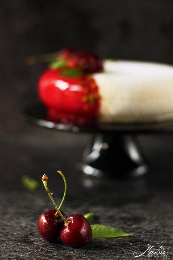 Vanilletorte mit Kirsche und Pistazie auf Knusperboden