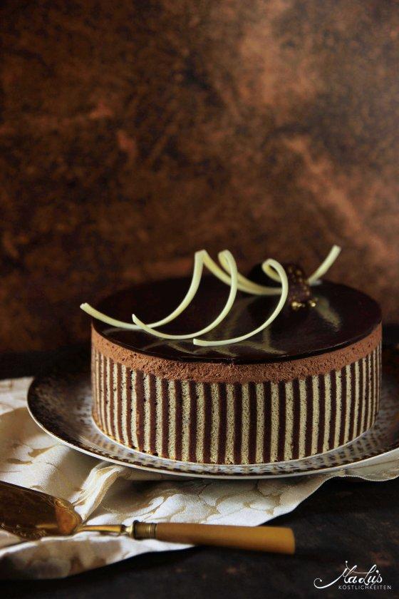 Beschwipste Schokoladen Whisky Torte mit Dekorbiskuit